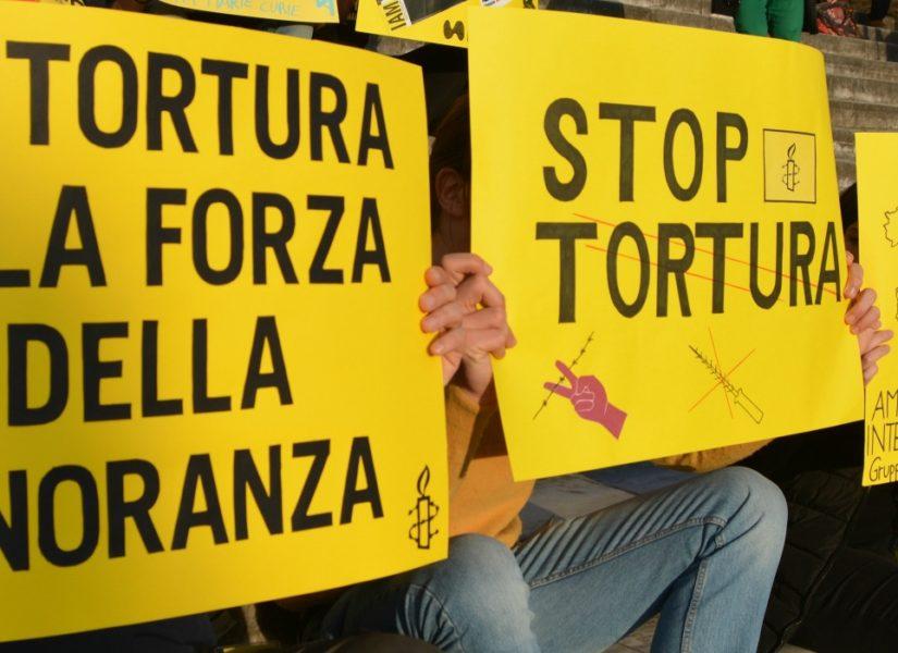 Una manifestazione per chiedere lo stop alla tortura