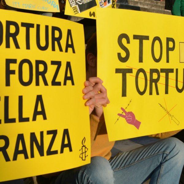 Una manifestazione di Amnesty International - sezione italiana per chiedere lo stop alla tortura