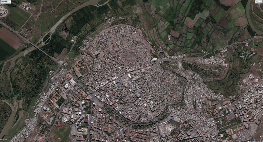 Immagini satellitari mostrano Sur dopo l'entrata in vigore del coprifuoco e la fine degli scontri di marzo, il 10 maggio 2016. L'immagine mostra una significativa porzione della parte est della città danneggiata e distrutta.