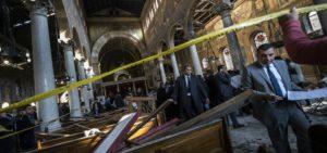 Le forze di sicurezza egiziane ispezionano la scena dell'attentato  KHALED DESOUKI/AFP/Getty Images