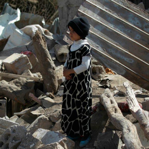 Ragazzo dello Yemen tra le macerie dopo un attacco della coalizione saudita.