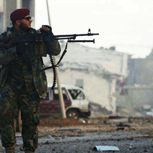 Un membro dell'Esercito nazionale libico (Enl) nella provincia di Qanfudah a sud di Bengazi