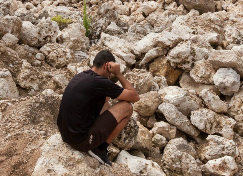 Un rifugiato iraniano seduto in una miniera abbandonata a Nauru Rémi Chauvin