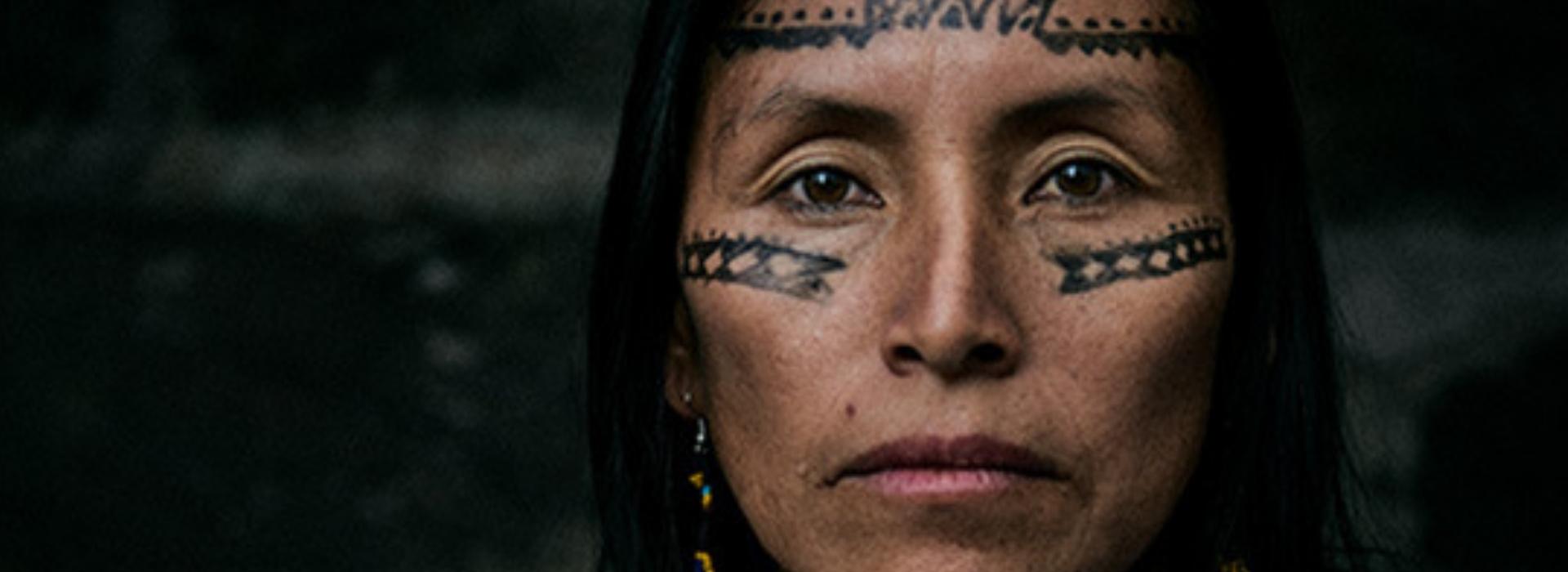 Salomé rischia ogni giorno la vita Minacciata perché difende la foresta dell'Amazzonia dalle mire delle imprese petrolifere.